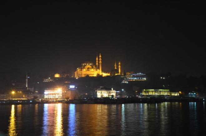 Pohled na Novou mešitu z mostu Galata